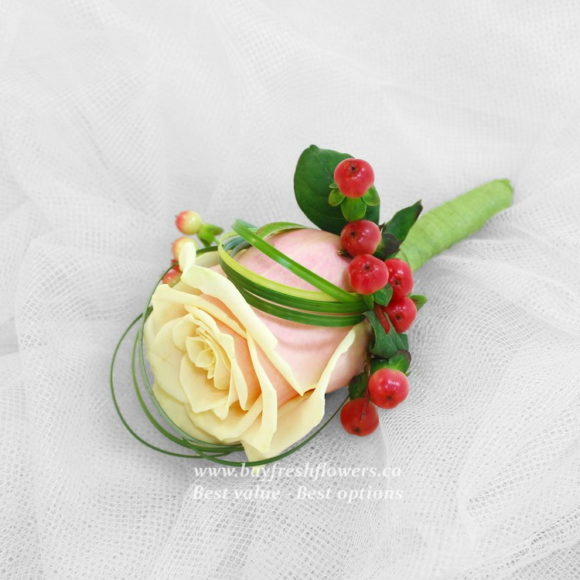 bouquet for wedding of cream roses and hypericum