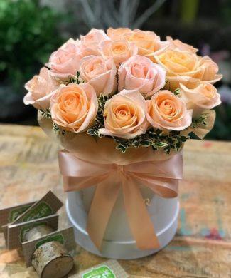 27060 Peach roses in a hat box
