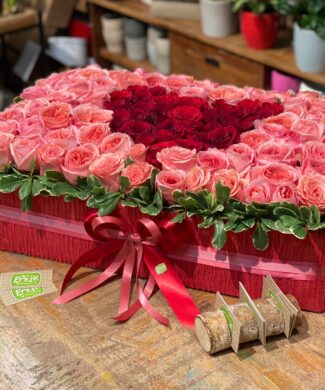 25002 The goddess of love - 50,100, 200 premium red and pink or white roses in a hat box